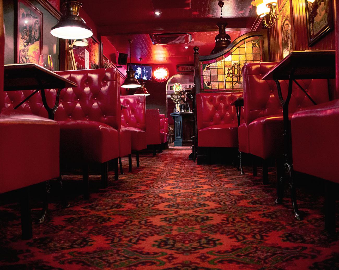 Le décor britannique du The Glue Pot situé à Reims, restaurant renommé et fameux bar à vins et champagnes !
