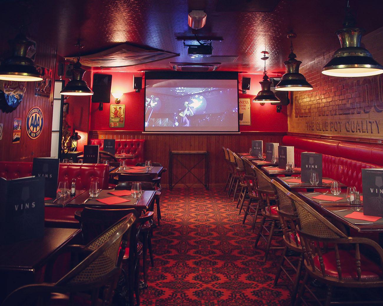 La salle restaurant du The Glue Pot à Reims. Diffusion sur grand écran de concerts, des grandes rencontres sportives, de cinéma...