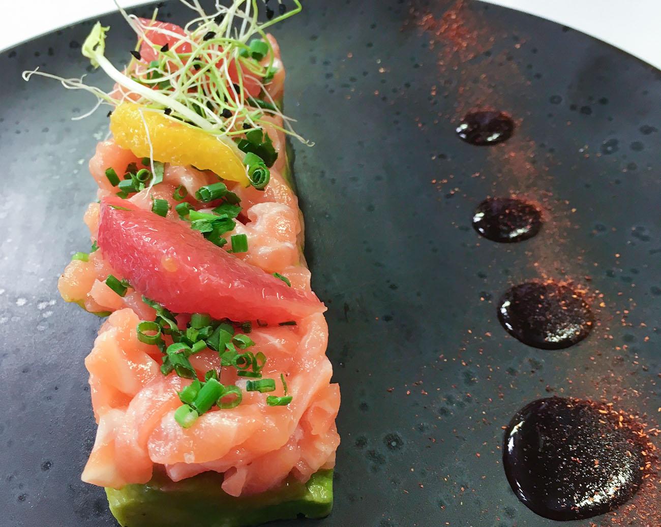 Tartare de saumon, avocat et pamplemousse. Le restaurant The glue privilégie les produits frais et propose une cuisine gourmande qui a du style !
